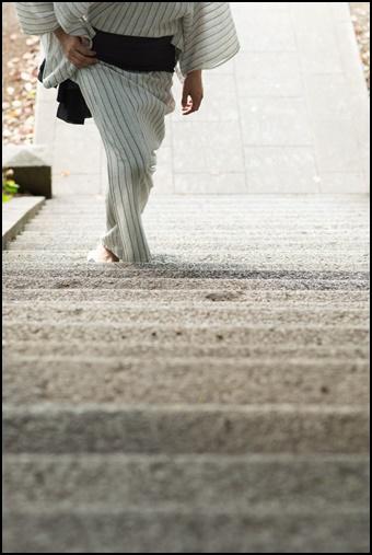 浴衣男子が段差を歩く画像