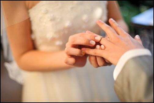 男性に結婚指輪をつける画像