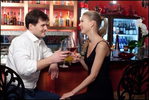 バーで会話をしているカップル画像