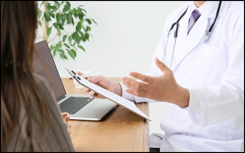 説明する医者の画像