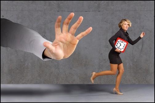 ストーカーから逃げる女性の画像