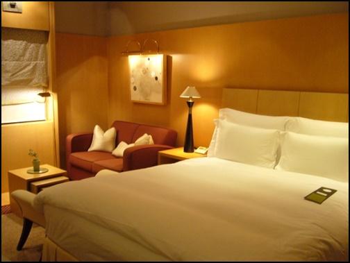 ホテルのベットの画像