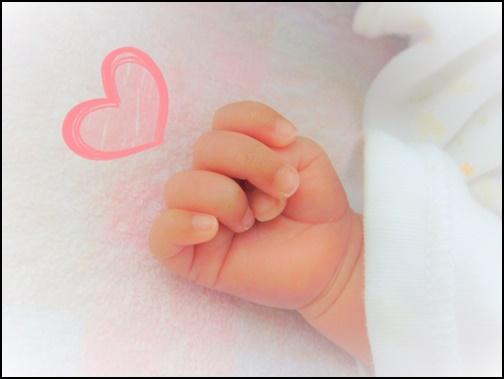 赤ちゃんの手とハートの画像
