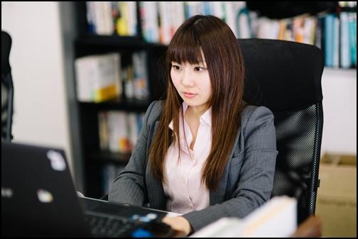 仕事に打ち込む女性の画像