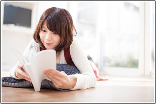 恋愛小説を読んで楽しむ女性の画像