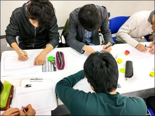 男子学生が勉強する画像