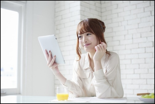タブレットを見る女性の画像