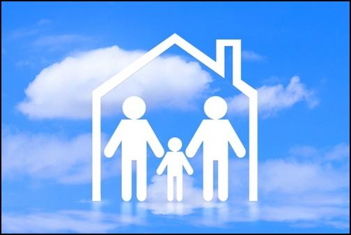 青空と住宅模型と家族の画像