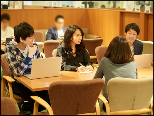 大学の男女の会話している画像