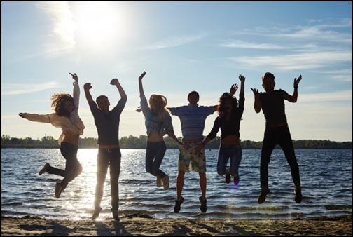 グループの若者がジャンプしている画像