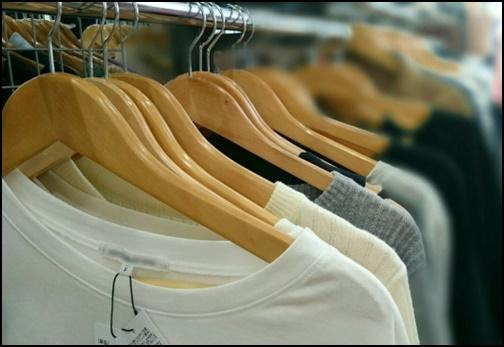 陳列された洋服の画像