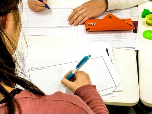 女子学生が勉強している画像