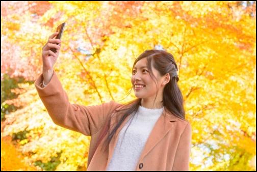 カメラで自撮りする女性の画像