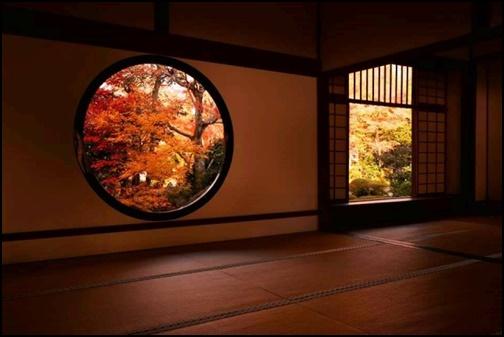 源光庵の丸窓から見る紅葉の画像