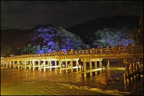 ライトアップしたした渡月橋の画像
