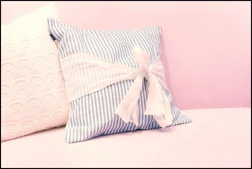 ピンクのソファーの画像