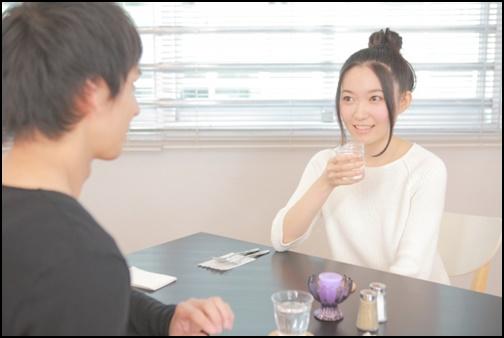 カフェでカップルがお茶している画像