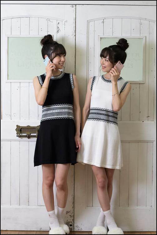 女子二人がスマホを持って同じポーズをしている画像