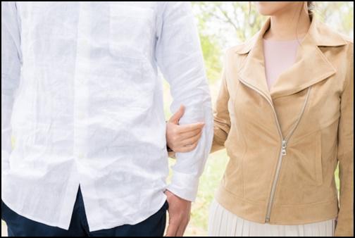 腕を組んで歩くカップル画像