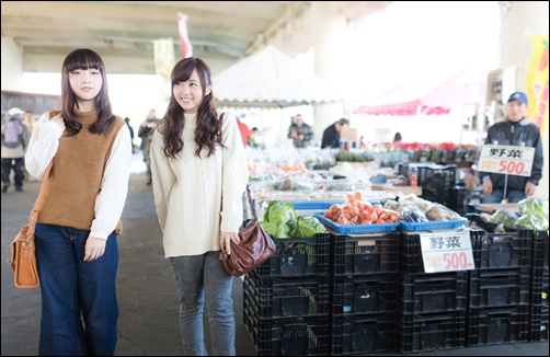 朝市で買い物する女性の画像