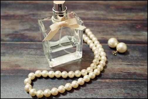 香水とパールの画像