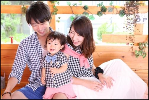 お揃いの服を着る仲良し夫婦と子供の画像