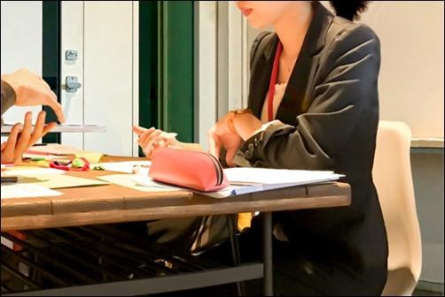 会議に参加する女性の画像