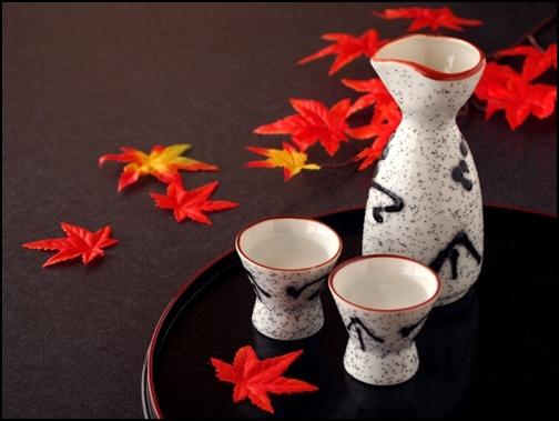 紅葉とお酒の画像