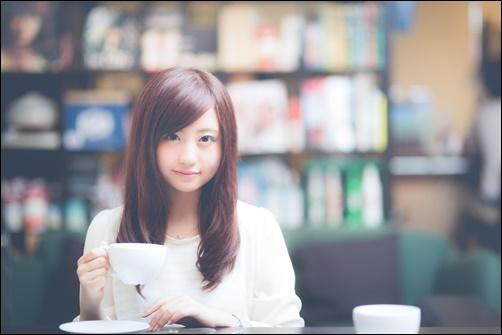 紅茶を飲む美人女性の画像