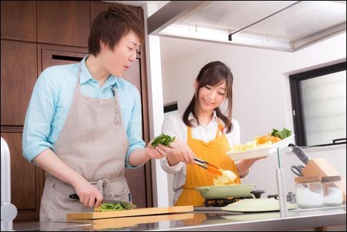 料理をする夫婦画像