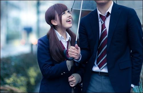 彼氏に相合傘をおねだりする女性の画像