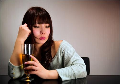 飲み物を持つ女性の画像