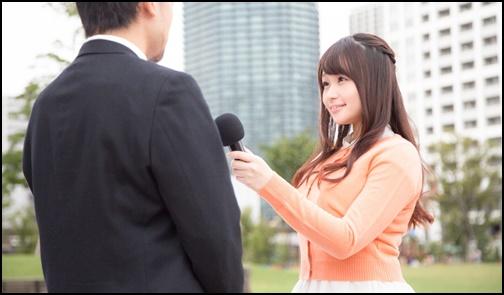 インタビューする女性の画像
