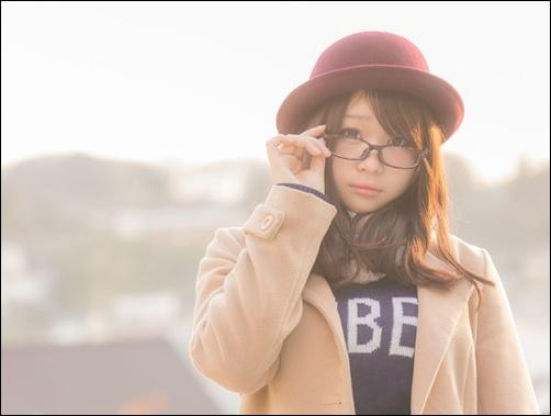 メガネに手をかける美人女子画像
