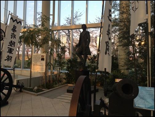 五稜郭の箱館戦争の武士の銅像画像