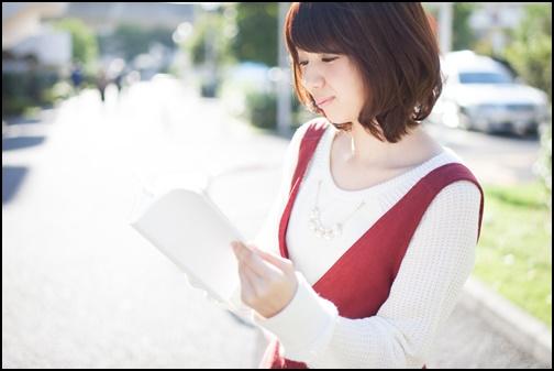読書する女子の画像