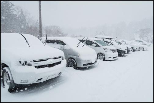 車に積雪が積もった画像