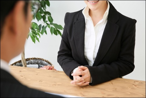 就職活動の自己紹介・自己PRを伝える女性の画像