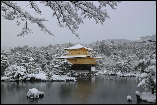 雪化粧の金閣寺の画像