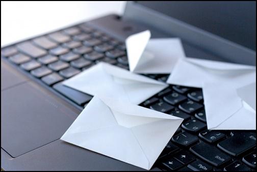 パソコンとメールの画像