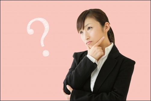 スーツ姿で考える就活女性の画像
