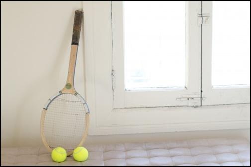 テニスラケットとテニスボールの画像