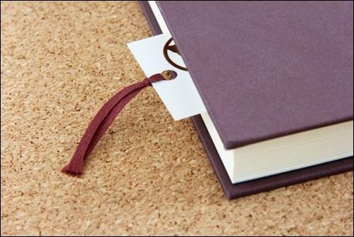 本と付箋の画像