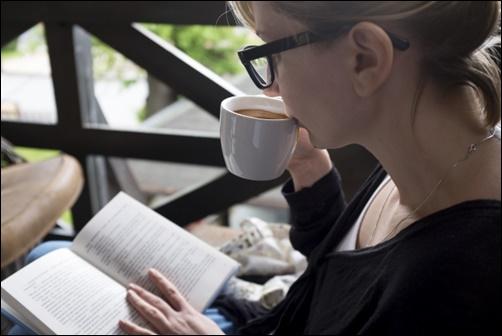 女性が英語の読書をする画像
