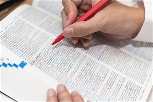 辞書で英語の意味を調べている画像