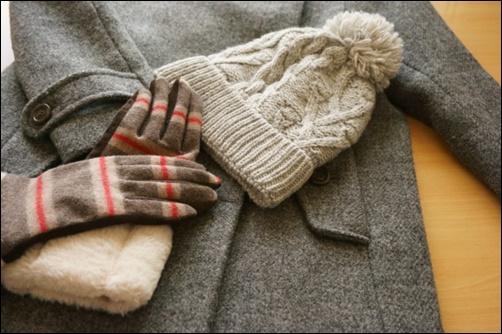 コートとニットと手袋の画像