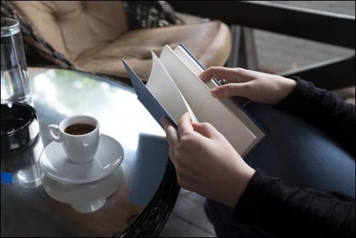 カフェで読書する画像