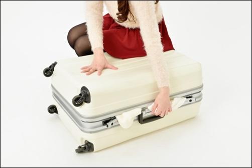 荷物をトランクに入れて閉めている画像