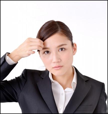 前髪をとめている就活生の画像