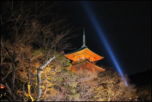清水寺と青い光の画像